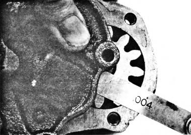 Izmerenie-zazora-mezhdu-bokovoj-poverhnostyu-zubchatogo-kolesa-i-kryshkoj-maslyanogo-nasosa