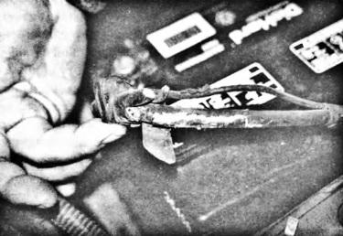 Было обнаружено, что этот кабель питания, подсоединенный к аккумуляторной батарее, сильно корродирован под изоляцией