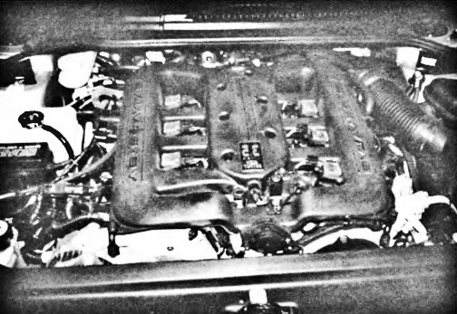 V-образный шестицилиндровый двигатель, установленный в моторном отсеке переднеприводного автомобиля с продольным расположением двигателя